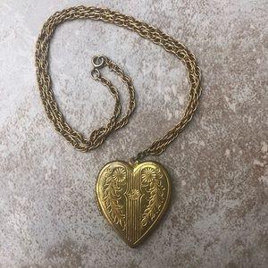 Jewelry - Vintage Gold Tone Heart Locket 70's